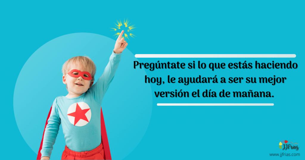 Efecto Pigmalión en una frase.Un niño disfrazado de héroe. Una frase que muestra: pregúntate si lo que estas haciendo hoy, le ayudará a ser su mejor versión el día de mañana.