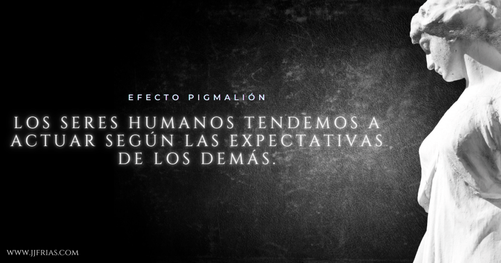 Escultura griega con la frase: los seres humanos tendemos a actuar según las expectativas de los demás.