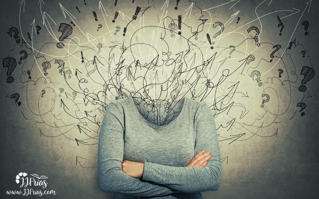 Sesgo Cognitivo: mujer pensando con dudas